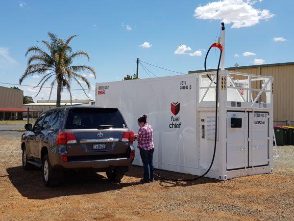 Fuelchief FTN30 container tank pumping fuel into diesel car